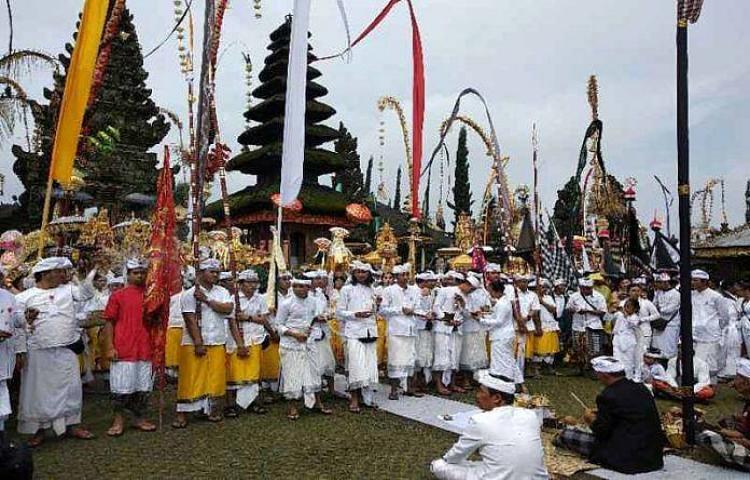 Upacara-Ritual-Ngusaba-Bulan-Kesepuluh-di-Pura-Ulun-Danu-Batur.html